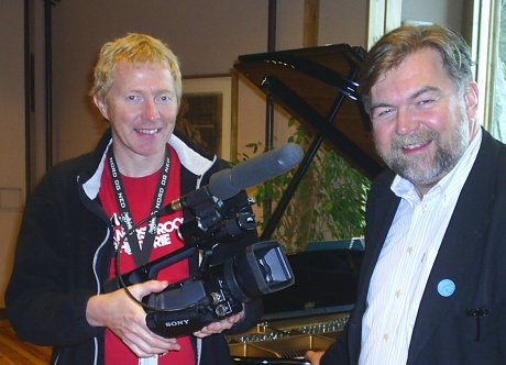Producer Torstein Vegheim og programleder Arild Erikstad inviterer til nachspiel. Fotos: NRK