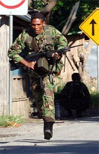 En soldat i Øst-Timor løper under sammenstøt med tidligere soldatkolleger i hovedstaden Dili. Foto: Reuters/Lirio Da Fonseca/Scanpix