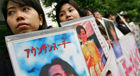 Burmesere bosatt i Japan protesterte for få dager siden mot at Aung San Suu Kyi holdes i husarrest (Foto: Reuters/Scanpix)