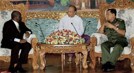 Kofi Annan (t.v.) og FNs visegeneralsekretær Ibrahim Gambari møtte Burmas mektigste mann, general Than Shwe (t.hø.), i forrige uke. Nå ryktes det at Suu Kyi vil bli løslatt. (Foto: AP, Scanpix)