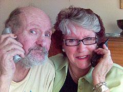 Rolf Mørch-Thoresen og telefonvenn Astrid Hilde. Foto: Thor Henry Bjor, NRK