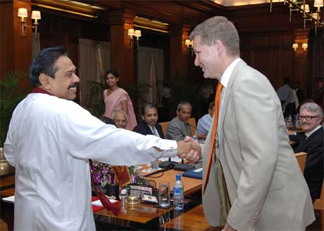 I går møtte Erik Solheim Sri Lankas president Mahinda Rajapakse. (Foto: AP/Scanpix)