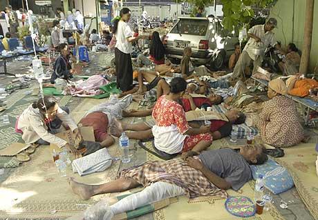 Jordskjelvofre behandles utenfor et sykehus i Yogyakarta i Indonesia i dag. (Foto: Scanpix/AP)