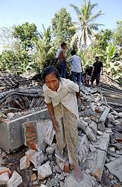 En eldre kvinne beveger seg gjennom ruinene etter jordskjelvet i byen Yogyakarta i Indonesia. (Foto: AFP/Scanpix)