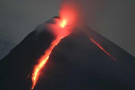 Lavaen strømmer nedover Merapi-fjellet på dette bildet som ble tatt 23. mai i år. (Foto: AP/Scanpix)
