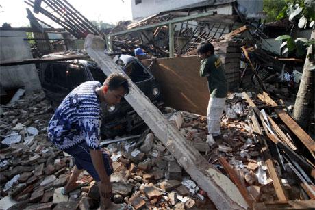 Fortvilte mennesker graver i ruinene av sine hjem i håp om å finne overlevende slektninger. (Foto. AP/Scanpix)