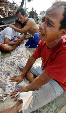 Et vanlig syn i jordskjelvområdet. Fortvilte pårørende i sorg over døde slektninger. (Foto: AFP/Scanpix)