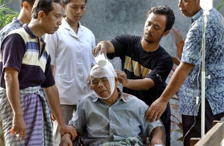 En skadet mann får hjelp av slektninger i Yogyakarta. (Foto: AFP/Scanpix)