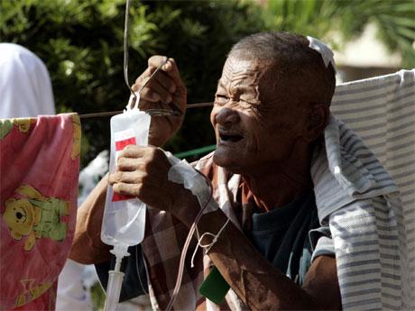 Denne eldre mannen er ein av dei mange hundre tusen som vart skadde i jordskjelvet. (Foto: AFP/Scanpix)