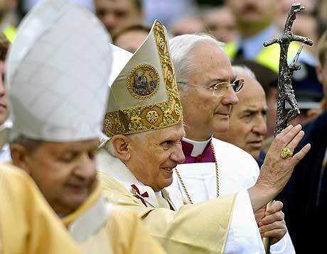 Paven vinker til folkemengden etter friluftsmessen i Krakow. (Foto: AP/Scanpix)