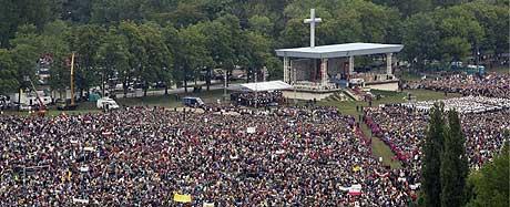 Rundt 800.000 mennesker deltok på friluftsmessen i Krakow i dag. (Foto: Reuters/Scanpix)