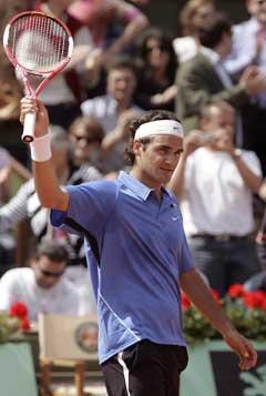 Roger Federer vinker til publikum til etter seieren over Diego Hartfield. (Foto: AFP/Scanpix)