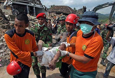 Indonesiske hjelpearbeidere jobber på spreng i Bantul-distriktet, som ligger i nærheten av byen Yogyakarta. (Foto: Reuters/Scanpix)