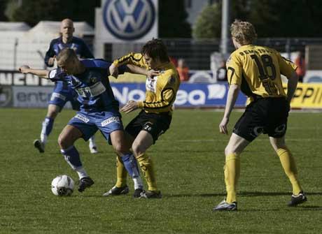 Start-spillerne Bjarte L. Aarsheim ( i midten) og Jon Midttun Lie i duell med Tom Stenvoll (til venstre). (Foto: Tor Erik Schrøder / SCANPIX)