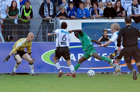 Oluwasegun Abiodun ( i grønt), omgitt av Rosenborg-spillere. (Foto: Geir Otto Johansen / SCANPIX)