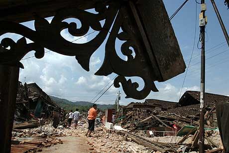 Ruinene av sammenraste butikker og hus i Bantul-distriktet i Yogyakarta. (Foto: Reuters/Scanpix)