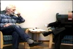 En del av behandlingen går ut på å filme situasjonen pasienten har angst for. Der kan de se at symptomene på angsten ikke synes så tydelig som de tror. Foto: Modum bad, fra behandlingssituasjone.