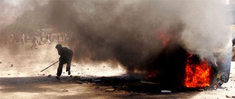 Minst 13 personer ble drept i de voldsomme opptøyene i Kabul etter en trafikkulykke der et amerikansk militærkjøretøy ødela flere sivile biler. Foto: AP Photo/Xinhua, Zabi Tamanna