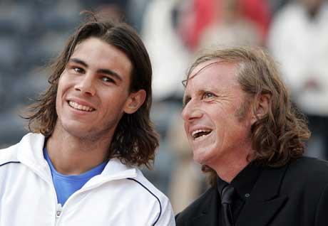 Rafael Nadal med Guillermo Vilas etter at han overtok rekorden. (Foto: AFP/Scanpix)