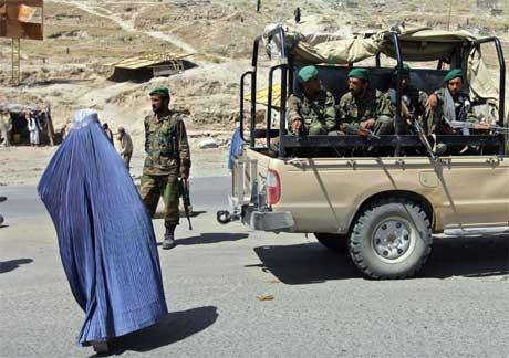 Afghanske soldater på patrulje passerer en kvinne i Kabul i dag. (Foto: Ahmad Masood/ Reuters/ Scanpix)