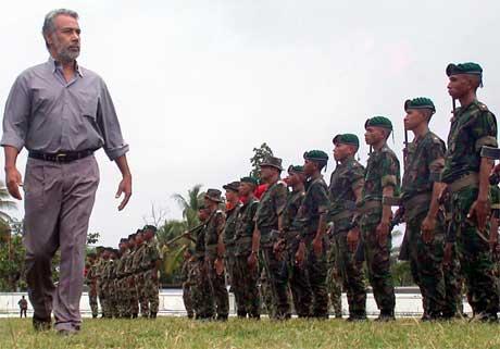 Xanana Gusmao er som president øverste sjef for Øst-Timors soldater. Her er han på en inspeksjon i februar for to år siden. (Foto: Candido Alves/ AFP/ Scanpix)