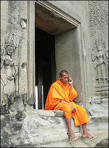 Eksotisk: Munker som snakker i mobiltelefon kan du finne i Kambodsja (Foto: Geir Evensen)