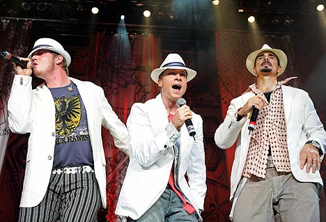 Det amerikanske bandet Backstreet Boys opptrer under «Force of Nature»-tsunamikonserten i Kuala Lumpur 18. mars. Foto: Scanpix.