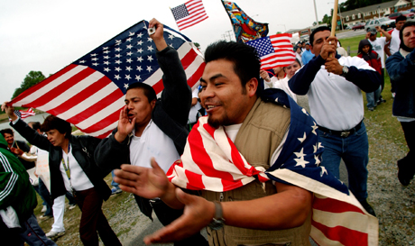 Mexikanske innvandrere deltar i 1.mai-protestmarsjen i Virginia Beach. Foto: Stephen M. Katz/AP