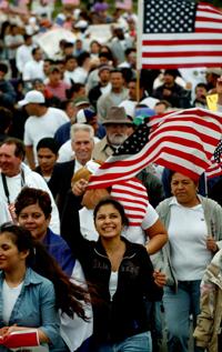 Rundt tusen mennesker møtte opp på Mount Trashmore i Virginia Beach for å gi sin støtte til innvandringsreformen som vil gi flere tusen ulovlige innvandrere amnesti. Foto: Stephen M. Katz/AP