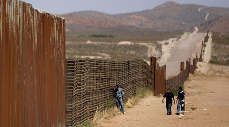 Tidligere i vår bestemte det amerikanske senatet å bygge et 500 kilometer langt gjerde gjennom Arizona-ørkenen. Foto: Daniel Aguilar/Reuters