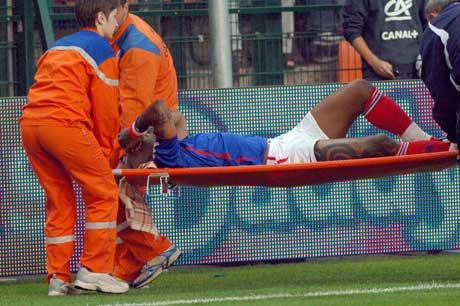 Djibril Cisse ble fraktet ut på  båre. (Foto: AP/Scanpix)