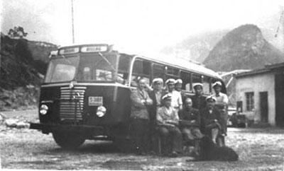 Buss og tilsette ved Årdal Billag i 1950. Foto utlånt frå Årdal Sogelag.