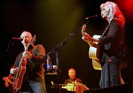 Mark Knopfler og Emmylou Harris under konserten i Oslo Spektrum forrige onsdag. Foto: Morten Holm, Scanpix.