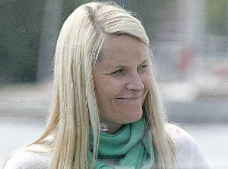 Mette-Marit fotografert i Kristiansand torsdag - ønsket streikende lykke til (foto: Asbjørn Odd Berge)