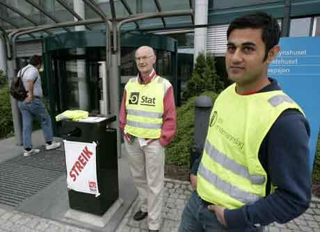 Nær 1000 LO-organiserte NRK-ansatte er fortsatt i streik. Her står Åge Gullberg og Jawad Rafi streikevakt foran TV-huset. (Arkivfoto: Lise Åserud/Scanpix)