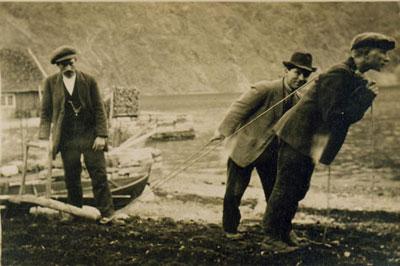Pløgjing av potetåker på Årdalstangen. Foto utlånt frå Årdal Sogelag.