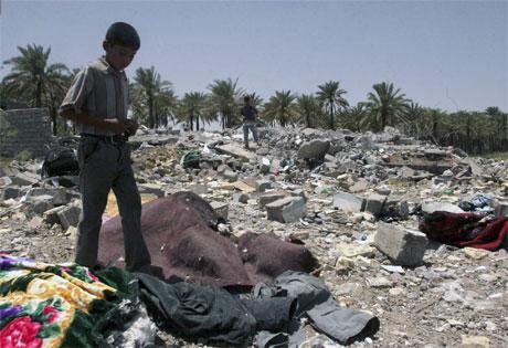 Ein gut fotografert i ruinane av huset der Abu Musab Al Zarqawi vart drepen i eit bombeangrep. (Foto: AFP/Scanpix)