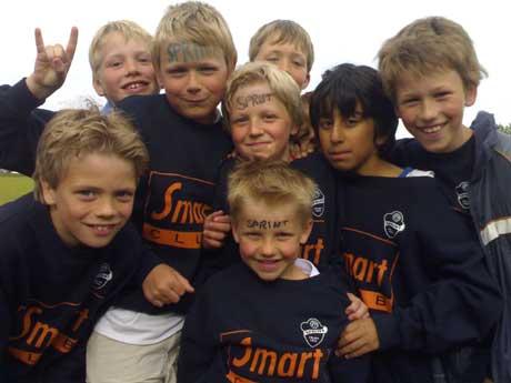 Disse gutta synes det er gøy med fotballkamp, uansett hvordan det går. Men de heier på Sprint (Foto: Stephan Reis/NRK)