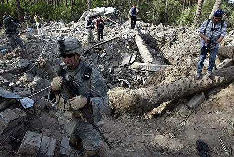 Soldater fra den amerikanske hæren holder vakt ved de utbombede restene etter huset der Abu Musab al-Zarqawi befant seg da han ble drept sist onsdag. (Foto: Reuters/Scanpix)