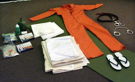 Guantanamo-effekter. Fangene brukte klærne til å henge seg. Et PR-triks, mener Bush-administrasjonen (Scanpix/Reuters)