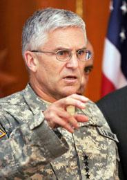 George Casey på en pressekonferanse etter at det var blitt kjent at Al Qaida-lederen Abu Musab al-Zarqawi var drept (Scanpix/Reuters)