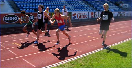 Det siste stevnet på den nedslitte gamle løpebanen på Molde idrettspark var kretsmesterskap for senior og veteran. Her fra stafetten søndag. Foto: Gunnar Sandvik
