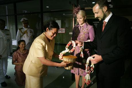 Kronprins Haakon og kronprinsesse Mette-Marit ble høytidelig og tradisjonelt tatt imot av Thailands prinsesse Maha Chakri Sirindhorn (Foto Heiko Junge/Scanpix)