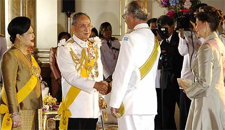 Dronning Sirikit og kong Bhumibol hilser på Sveriges kongepar (foto: AFP/Scanpix).