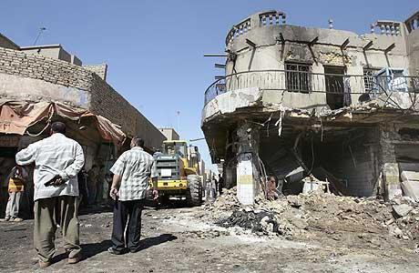 Et av husene som ble rammet av bombeeksplosjoner i byen Kirkuk i dag. (Foto: AFP/Scanpix)