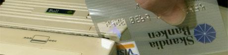 Flyktninger møter i dag store hindre når de skal forsøke få seg et norsk bankkort. Foto: SCANPIX