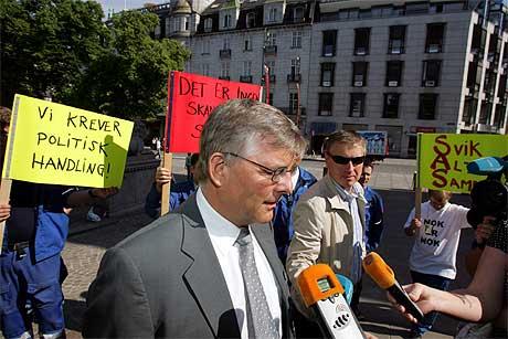 STÅR FAST: SAS-sjefen Jørgen Lindegaard ble møtt av ansatteprotester da han tirsdag var i Oslo for å møte stortingspolitikere. Foto: Håkon Mosvold Larsen/Scanpix.