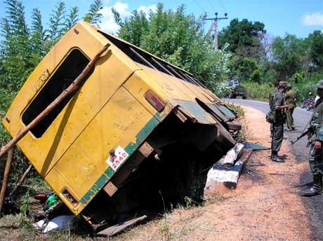TOTALT ØDELAGT: Lokalbussen var full av passasjerer på vei til nærmeste by, da den kjørte på en landmine. Foto: AP/Scanpix.