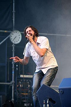 Vokalist Thomas Dybdahl hadde noen krumspring. Foto: Arne Kristian Gansmo, NRK.