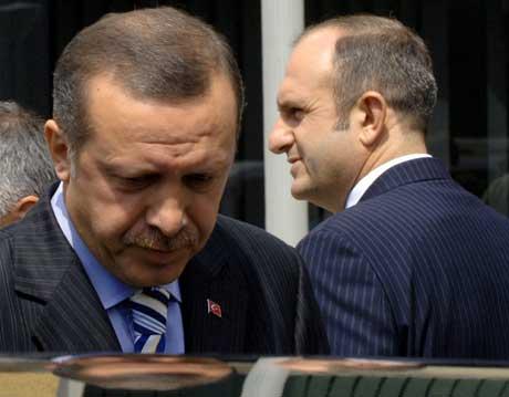 En dyster Recep Tayyip Erdogan forlater møtet. Til høyre Makedonias statsminister Vlado Buchovskij (Scanpix/Reuters)